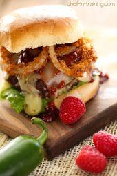 Hamburguesas rellenas de jalapeño cremoso con salsa de frambuesa y chipotle – (Receta gratuita a continuación)   – Beefy Goodness