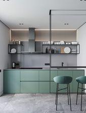 Moderne grüne und graue Küche mit Hockern und einer Theke, die an der Decke hängt