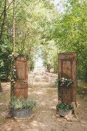 20 rustikale Hochzeitszeremonie-Eingangs-Ideen im Freien mit alten Türen auf ei