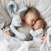 Geschwister beim Schlafen. Süße Idee, um ein niedliches Fotos zu machen.