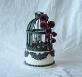 Es ist 20 cm hoch und besteht aus Fondant + Zuckermasse.   – Birdcages/flowers/birds/vintage Cakes