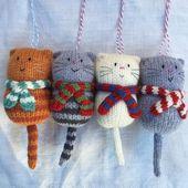 Fette Katze in einem Schal. Handgestrickte Dekoration – Bastelideen