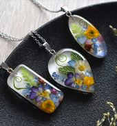 Pendant with a daisy in resin. Necklace with buttercup, forget-me-nots, daisy, pansy and Fittonia.  – Style i like