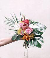 Bunter tropischer Brautblumenstrauß mit Palmwedel, Protea, Blütenschweif, monstera. # …   – Florals