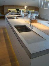 Küche mit Betonarbeitsplatte und Beleuchtung