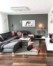 Bild könnte enthalten: 1 Person, Wohnzimmer, Tisch und Interieur   – Wohnbereich