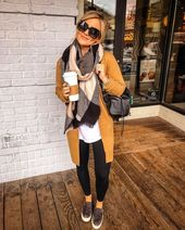"""Amanda 💁🏼 sur Instagram: """"Pour s'adapter à un fuseau horaire différent, un venti est nécessaire. ☕️🌄 Mon cardigan et mon écharpe en tricot au prix de 22 $ proviennent du même détaillant et sont tous les deux extrêmement chauds et confortables! … """""""