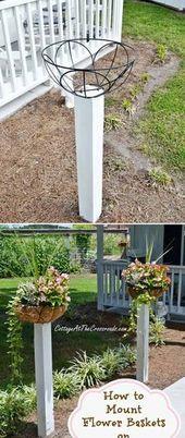 Montieren Sie Blumenkörbe auf Holzpfosten entlang des Gehwegs Ihres Vorgartens