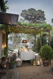 Schöne Tischdekoration mit funkelnden Lichtern und viel Grün