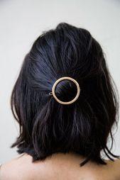 Die moderne Mondspange, das beste minimalistische Accessoire für das Haar. Eine einfache Bar …  – Lewks