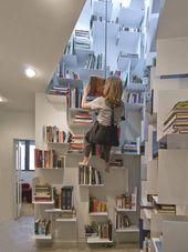 Unzugängliches Treppenhaus verwandelt sich in ein fantastisches Bücherregal