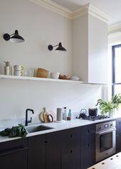 Kleine stromlinienförmige Brooklyn-Küche mit schwarzen Schränken des Architekten Jess Thomas
