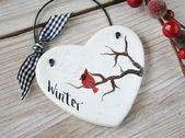 Kardinalvogel auf Baumzweig Weihnachtswinterdekorationen, hängende Verzierung des Herzensalzteigs, Weihnachtsgeschenk, Wandbehangverzierung, weißes Herz