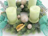 Photo of Adventskranz aus grünem Tannenbaum Tannengold Rot Weihnachtskranz Gold Adventszitronenbälle Hirschbogenrippe