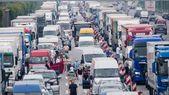 Sommerferien starten: Wo und wann Stau droht und wie Sie gut durch den Verkehr k…