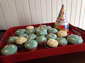 Cloud Cupcakes! Weißer Kuchen mit Lebensmittelfarbe, in Cupcake-Liner …
