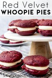 Zum Teil ein Kekssandwich, zum Teil ein Cupcake. Diese Whoopie Pies aus rotem Samt sind ein …