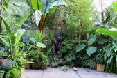 Backyard Tropical Garden With Pavers And Statue  – Urban gardening Party