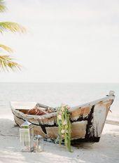 Jouez votre thème de plage avec un bateau en rangée en panne rempli de déton