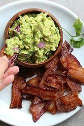 BACON 'CHIPS' UND THICK GUACAMOLE DIP. 18 ketogene Snack-Rezepte zum Aufschlagen …