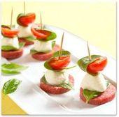 Italiaans hapje: salami, basilicum, mozzerella en een cherry tomaatje