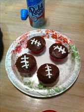 R ya ready for sum football! Used a zip lock bag cut the tip for a piping bag n …