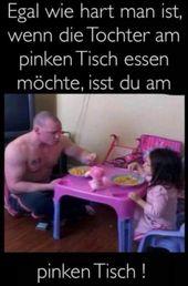 Papa-Tochter unter dem Tisch