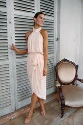 Das Amaryllis Kleid in Soft Peach ist ein Traum. Mit Neckholder, tiefem Rücken und