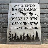 Personaliserade baslägres koordinater & höjdskylt – Custom Metal Mountain and Trees Campingdekor – Välkommen, Cabin Wall Art