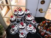 Schokoladen Cupcakes mit Schlagsahne Zuckerguss, garniert mit (1/2 Tasse …