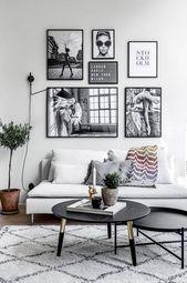 Modernes skandinavisches graues Wohnzimmer mit Wandkunst und Grünpflanzen