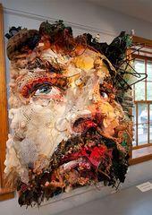 Tom Deininger erstellt aus gefundenen Objekten aus dem Papierkorb großformatige Collagen.