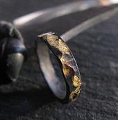 Anillo de oro y negro martillado Plata esterlina oxidada de 4 mm Anillo de boda rústico para hombre de oro amarillo de 18 quilates Anillo de boda vikingo de oro Anillo de guerrero   – Eheringe