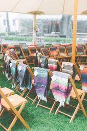 Decken über den Stühlen verleihen Ihrer Zeremonie eine gemütliche Note.   – outdoor wedding ideas
