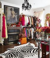 Großes Ankleidezimmer. Teppich aus Zebrafell. Schwarzer Kristallleuchter. Kamin. Große …   – Eclectic bedrooms