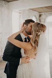 Diese Braut trug ihre Haare zur Hälfte mit einem eleganten goldenen Haarteil und einem Schleier Bild…