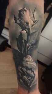Incroyable tatouage rose noire   – Tattoo