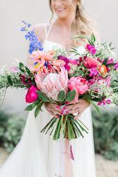 Buntes, handgebundenes Bouquet mit Königsprotea, Pfingstrose und Orchidee. #Hochzeit #Kleid #Hochzeit …   – Wedding bouquets