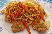 Fideos Chinos Fritos Con Carne De Pollo, Huevo Y Verduras De Yasilicious.   – Asiatisch