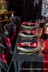 Elegant black, red and golden Halloween table / #black #Elegant #golden #Hallowe…