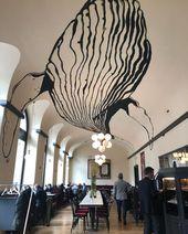 Großer Wal, der in einen klassischen Kaffeespot eindringt :))