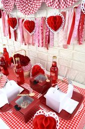 Loving the table settings at this Valentine Day picnic party! See more party ide...