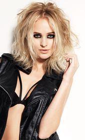 Sehr lasziv und verführerisch zeigt sich diese blonde, geschickt farblich akzen…