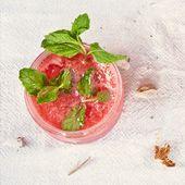 Mit einer Erdbeer-Minze-Wunderkerze in der Hitze abkühlen 🍓 REZEPT: Für den Schwanz … – Summer Cocktails