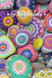 Steine bunt bemalt mit Blumen, Mustern und Mandalas. Eine tolle Tischdekor…