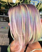 Holografisches Haar bringt die Kunst des Selbstausdrucks auf einem Regenbogenhaar zum Ausdruck.