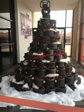 Photo of Dieser Weihnachtsbaum aus Reifen an einem Go-Kart-Platz