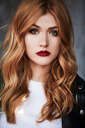 model mit langen roten haaren