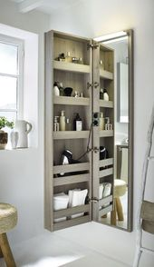 Une pièce de rangement confortable avec un miroir sur la porte est une option populaire pour la salle de bain