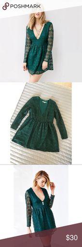 Smaragdgrünes Minikleid aus geometrischer Spitze Der dramatische Ausschnitt ist das … – My Posh Closet